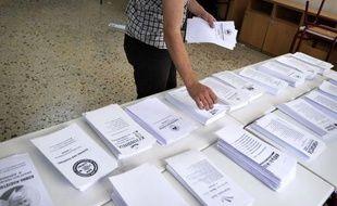La droite conservatrice est créditée d'un fragile demi-point d'avance sur la gauche radicale dimanche soir, selon un sondage réalisé à la sortie des bureaux de vote à la clôture d'un scrutin crucial sur l'avenir de la Grèce dans l'euro.