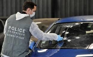 Premières  investigations, le 28 novembre 2011 à Vitrolles, sur le véhicule de  police ayant servi lors d'une course poursuite entre des malfaiteurs et  des policiers de la brigade anticriminalité (Bac).