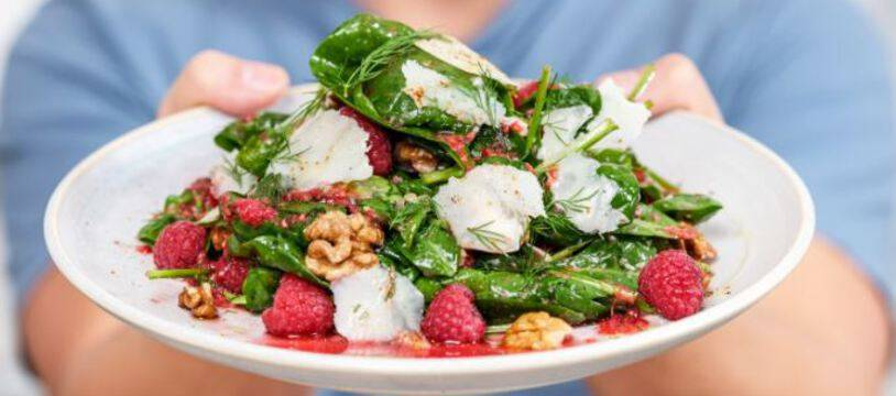 La salade d'épinards, parmesan, framboises et noix de Juan Arbelaez