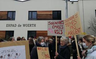 Des aides-soignants et infirmiers de plusieurs Ehpad du nord de l'Alsace se sont rassemblés devant l'établissement de Woerth après une matinée de mobilisation à Strasbourg.