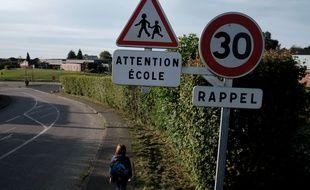 Illustration d'un enfant sur le chemin de l'école.
