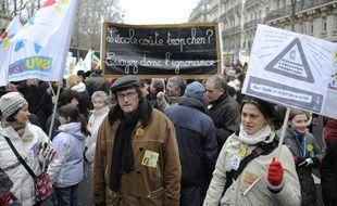 Des personnes tiennent des pancartes, le 22 janvier 2011 à Paris, lors d'une manifestation d'enseignants, de lycéens et d'étudiants pour dénoncer les 16.000 suppressions de postes dans l'Education nationale à la rentrée 2011.