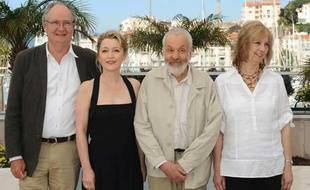 L'équipe de «Another Day», de gauche à droite, Jim Broadbent, Lesley Manville, Mike Leigh, et Ruth Sheen sur la Croisette le 15 mai 2010.