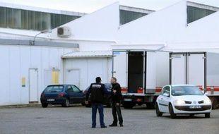 Quatre premières personnes sur les 21 interpellées lundi dans le cadre de l'enquête sur un nouveau trafic de viande de cheval devaient être déférées mardi après-midi devant une juge d'instruction du pôle santé de Marseille, a-t-on appris auprès du parquet.