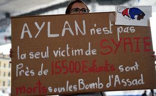 Une manifestante tient un panneau lors d'un rassemblement de soutien aux réfugiés, à Marseille, le 13 septembre 2015.
