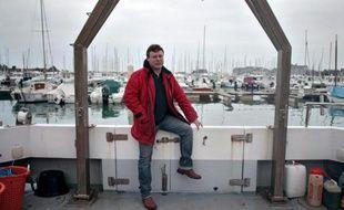 Pionnier de la cartographie en Manche des épaves de la Seconde Guerre mondiale, Bertrand Sciboz, ancien pêcheur devenu ingénieur, chasse au fond de l'eau carcasses, vestiges, métaux et explosifs en tous genres... jusqu'en Nouvelle-Calédonie.