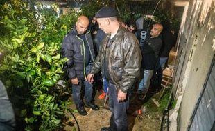 A Arara, au nord d'Israël, des personnes montrent le 8 janvier 2016 l'endroit où les forces israéliennes de sécurité ont tué un peu plus tôt un Arabe israélien accusé d'avoir tué trois personnes à Tel-Aviv en tout début d'année
