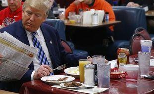 Donald Trump mange chez Tommy's Country Ham House, en Caroline du Sud, le 16 février 2016.