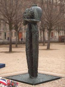 Le mémorial aux victimes du terrorisme, situé aux Invalides à Paris, inauguré le 3 décembre 1998 par Jacques Chirac.
