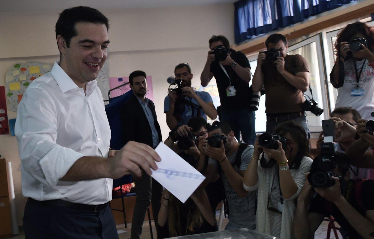 En chemise blanche et pantalon gris, Alexis Tsipras est apparu détendu ce dimanche matin au moment de voter.  – ARIS MESSINIS / AFP