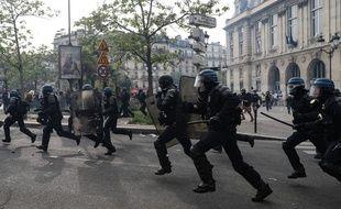 Une charge de CRS lors des manifestations du 1er-Mai à Paris.