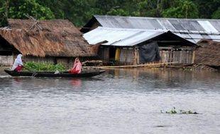 Des inondations et glissements de terrain dus aux pluies de mousson ont jeté plus d'un million de personnes sur les routes dans le nord-est de l'Inde, où les autorités craignent une crise sanitaire, a annoncé lundi l'agence indienne de gestion des catastrophes naturelles.