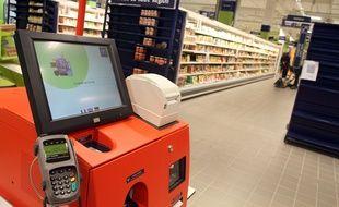 Une caisse dans la magasin Auchan City de Tourcoing.