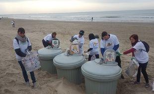Une centaine de bénévoles a nettoyé les plages du Grand Travers, multipliant les allers-retours pour vider les détritus amoncelés