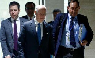 Arrivée de l'émissaire de l'ONU Staffan de Mistura (c), le 17 mars 2016 au siège de l'ONU à Genève pour les négociations sur la Syrie
