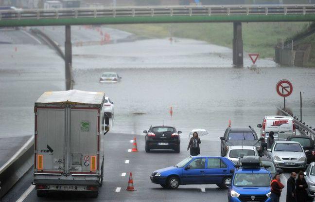 Sur l'autoroute A-10, fermée depuis le péage de St-Arnoult-en-Yvelines en direction d'Orléans, 650 automobilistes se sont retrouvés bloqués, selon les autorités
