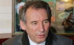 """Le concept de """"laïcité positive"""" avancé par Nicolas Sarkozy """"remet en cause la conception de la laïcité républicaine"""" et favorise un retour à la religion """"opium du peuple"""" dénoncée par Karl Marx, estime François Bayrou dans un entretien a paraître mercredi dans Le Figaro."""