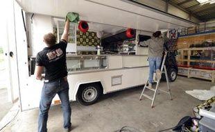 """Des employés de BCC travaillent à la fabrication d'un """"food truck"""", à Nieppe, dans le nord de la France, le 15 juillet 2014"""