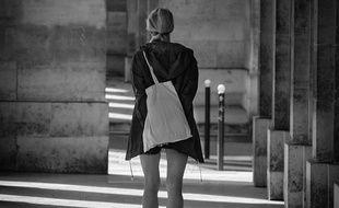 Une jeune fille dans les rues de Paris.