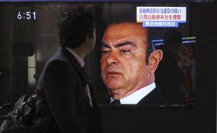 Le visage de Carlos Ghosn apparaît à la télévision japonaise, à Tokyo le 09 novembre 2018.