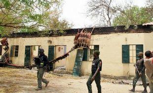 La police nigeriane patrouille à l'école de Chibok le 21 avril 2014, où Boko Haram a enlevé plus de 200 jeunes filles