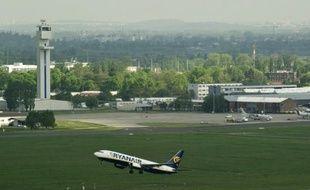 La compagnie aérienne irlandaise à bas coûts Ryanair a annoncé lundi un bénéfice net annuel record de 503 millions d'euros, en hausse de 25% sur un an, en dépit de la forte hausse des prix du carburant et du contexte économique difficile en Europe où elle opère.
