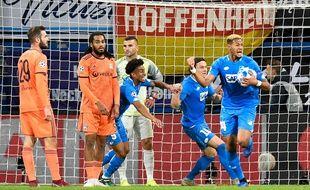 En égalisant en toute fin de partie, l'attaquant brésilien d'Hoffenheim Joelinton a empêché Tousart, Denayer et Lopes de réaliser un véritable hold-up en Allemagne (3-3). THOMAS KIENZLE