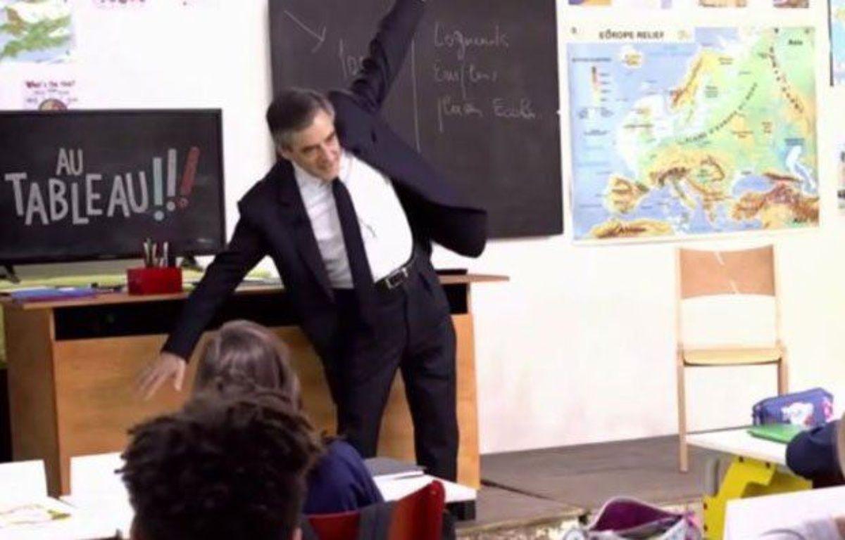 """Le dab fail de François Fillon dans """"Candidats au tableau!"""" – Capture C8"""
