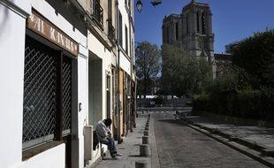 Un homme assis dans la rue, à Paris (image d'illustration).