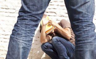 Un adolescent harcelé dans la cour.