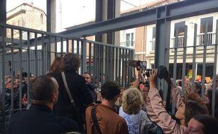 Les avocats annoncent le verdict aux personnes devant le tribunal
