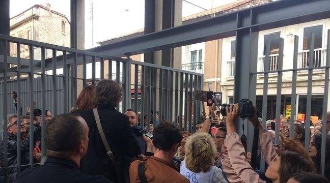 Les avocats annoncent le verdict aux personnes devant le tribunal – Adrien Max