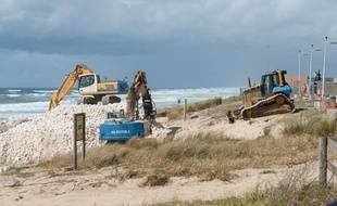 Les pelleteuses renforcent le littoral à Lacanau, après les tempêtes de l'hiver 2014