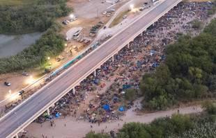 Le camp de migrants haïtiens est vu depuis l'espace aérien mexicain sous le pont international de Del Rio dans les villes frontalières de Ciudad Acuna, au Mexique et Del Rio, au Texas, le 19 septembre 2021.