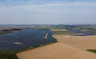 Vue aérienne de la centrale photovoltaïque, installée sur l'ancienne base aérienne de l'OTAN de Cambrai, dans le Nord.