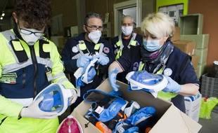 La protection civile collecte des masques de plongée Decathlon, en Italie, le 30 mars 2020.