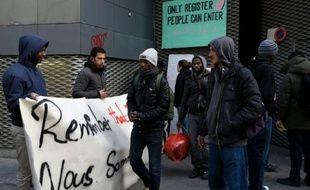 Manifestants et migrants devant le lycée Jean-Jaures le 3 mai 2016 à Paris