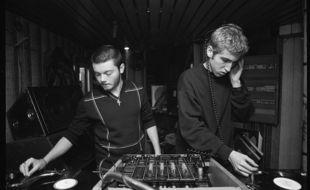 Guy-Manuel de Homem-Christo et Thomas Bangalter du groupe électro Daft Punk mixant dans la discothèque l'An-Fer, à Dijon (Côte-d'Or), le 23 novembre 1996.