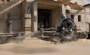 Din Djarin et L'Enfant sur un speederbike à Tatooine dans « The Mandalorian ».