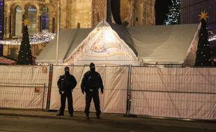 Des agents de police montent la garde près du marché de Noël à Berlin, le 21 décembre 2016.
