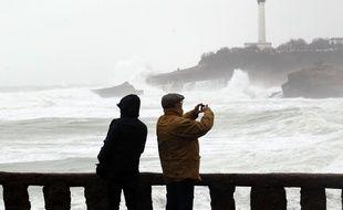Des promeneurs lors d'une grande marée, le 3 mars 2014 à Biarritz.