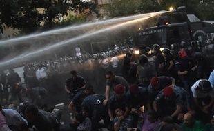 La police anti-émeutes disperse des manifestants avec des canons à eau à Erevan, le 23 juin 2015