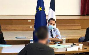 Aurélien Taquet, lors de sa visite à l'hôpital Marchant de Toulouse, pour évoquer la campagne de sensibilisation du dispositif STOP (Service téléphonique d'orientation et de prévention).