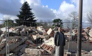 Un réfugié syrien devant les ruines de la maison qu'il occupait aux Izards.