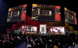 """Les équipes """"Fnatic"""" et """"FunPlus Phoenix"""" lors du quart de finale des Mondiaux du jeu vidéo League of Legends au Palacio de Vistalegre à Madrid, en Espagne le 26 octobre 2019"""