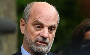 Le ministre de l'Éducation Jean-Michel Blanquer a fait polémique en suggérant que l'allocation de rentrée était parfois utilisée pour acheter des écrans plats plutôt que des fournitures scolaires.