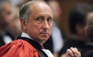 """Un départ du procureur de Nanterre Philippe Courroye, mis en examen dans une affaire d'espionnage présumé de journalistes du Monde, """"n'est pas à l'ordre du jour"""", a-t-on indiqué dimanche au ministère de la Justice."""