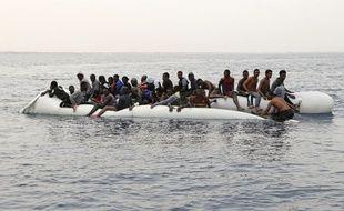Des migrants attendent d'être sauvés d'un naufrage au large de la ville côtière libyenne de Zawiyah.