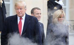 Donald Trump, Emmanuel et Brigitte Macron derrière l'écran de fumée, à l'Elysée le 10 novembre 2018.