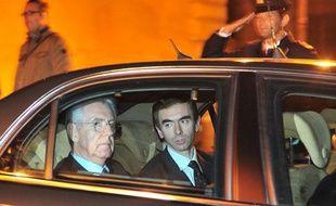 Mario Monti (à gauche) quitte le palais du Quirinal quelques minutes après avoir été nommé Premier ministre par le président italien Giorgio Napolitano, dimanche 13 novembre 2011.
